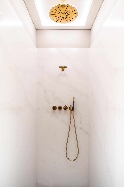 BAD ELEMENTE. Badsanierung mit Wandverkleidungen, Duschflächen und Waschtische aus Quarzstein ( Silestone/Dekton ) oder Natursteinplatten